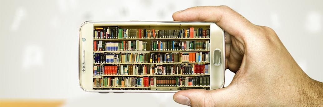 O mână ține un telefon cu mai multe cărți online