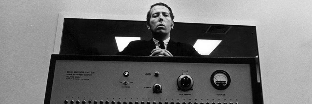 Stanley Milgram cu celebrul său aparat de șocuri folosit în experiment